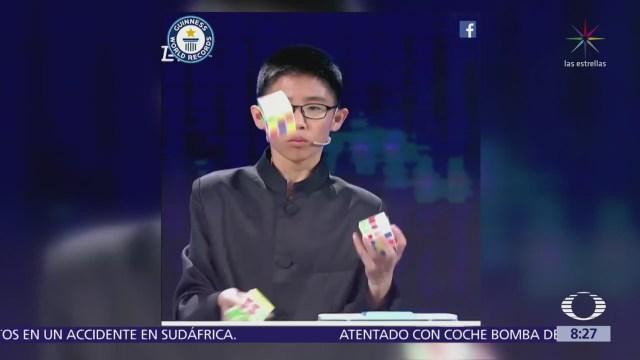 Niño chino rompe récord al armar cubo Rubik