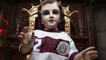 Aficionados piden un milagro al Niño Dios futbolista de México
