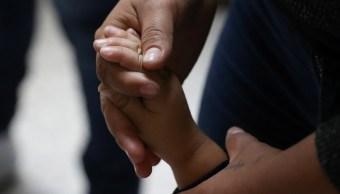 Padres migrantes separados de sus hijos en Texas solicitan reunificación