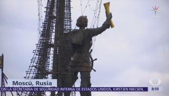 Paola Rojas muestra monumento a Pedro 'El Grande' en Moscú