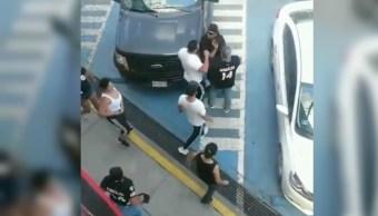 Captan pelea entre personas y policías de Tlalnepantla
