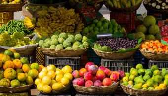 foto-ilustrativa-amplia-variedad-frutas-duraznos-naranjas-mercado-callejero