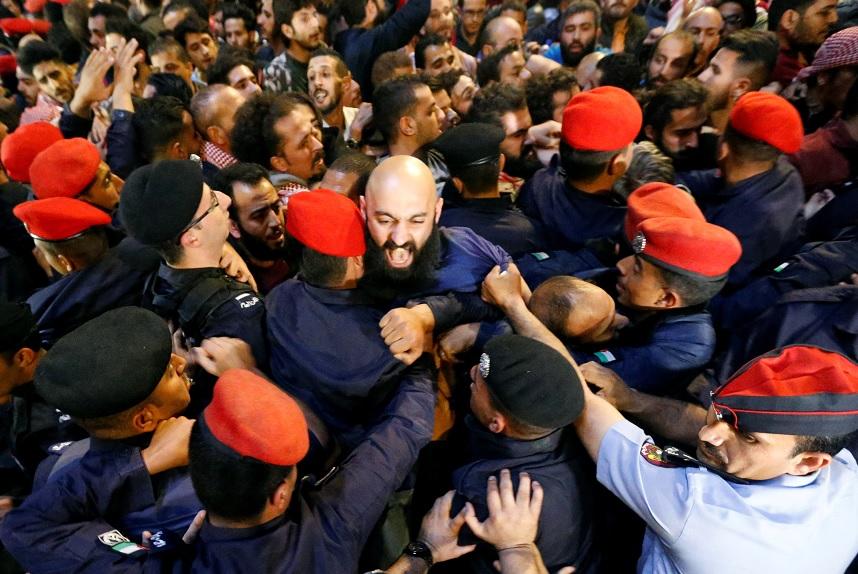Renunció el primer ministro de Jordania tras varios días de protestas