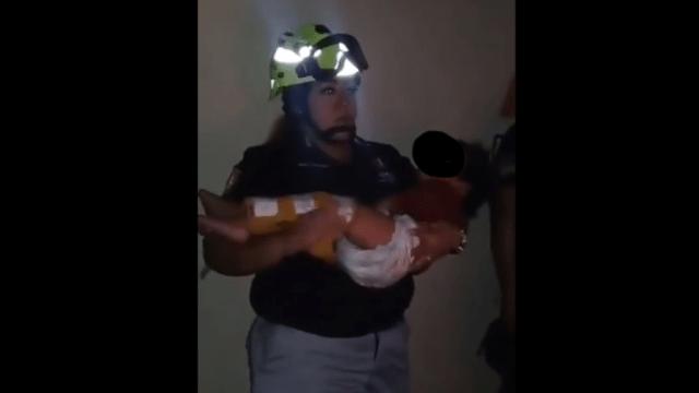 Padres olvidan a dos niños dentro de camioneta sin ventilación