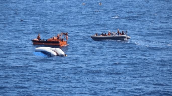 Migrantes rescatados esperan para desembarcar en Italia