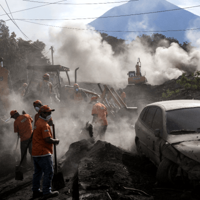 Brigadas rescatan ocho cadáveres en Guatemala; los muertos suman 84