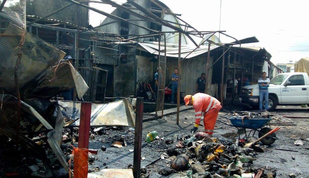 Incendio consume 12 locales en mercado La Acocota en Puebla