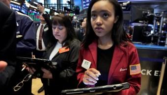 Wall Street registra avances, perfila caída semanal