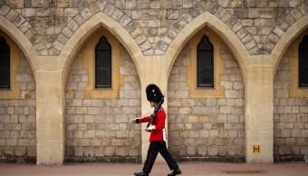 Turista es lanzada por Guardia Real británico en Windsor