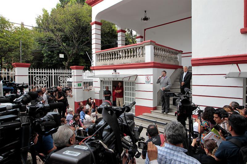 Personal de embajada de EU visita casa de transición de AMLO