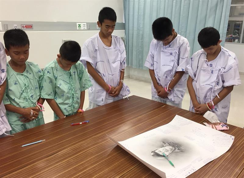 Niños tailandeses recuerdan a buzo que falleció en su rescate