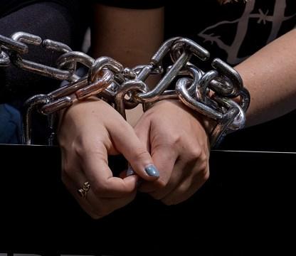 mujer acusada trata personas internet prision