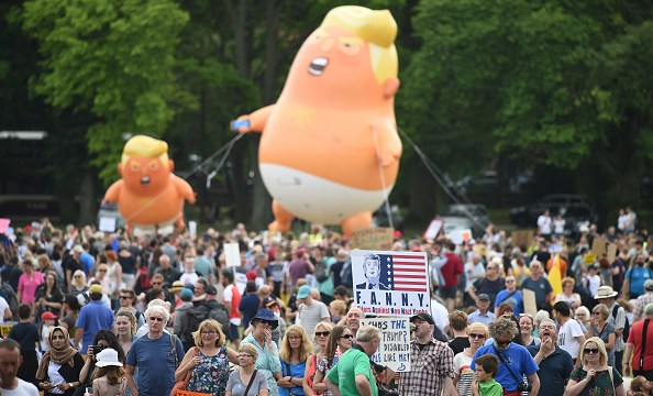 Miles protestan en Edimburgo contra visita de Trump