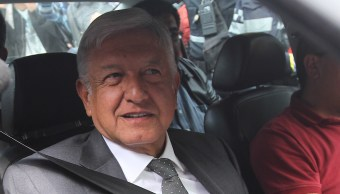 Abuelita abraza y le da un beso a López Obrador