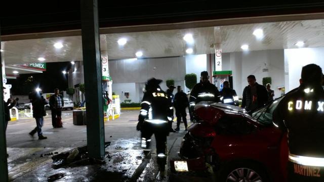 Vehículo choca cerca de bomba de gasolina en Tlalpan