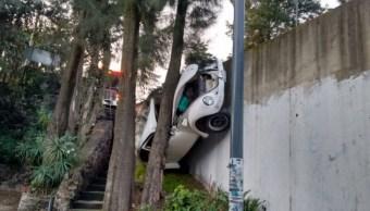 Automóvil cae a desnivel en autopista México-Cuernavaca