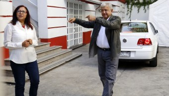 Hombre de 92 años busca soluciones a problema de agua en oficina de AMLO