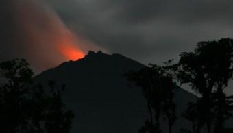 Volcán Reventador en Ecuador emite ceniza