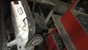 Auto se desploma sobre casa en Tlalnepantla; el chofer huye