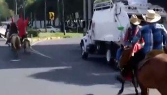 Cabalgata de campesinos provoca cierre