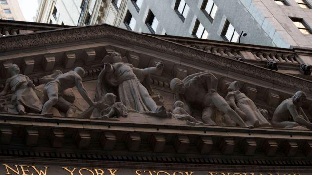 Caída del crudo merma avances de acciones en Wall Street