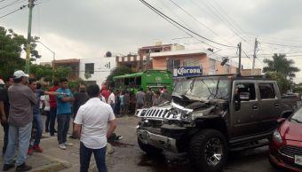 Captan en video choque camión de pasajeros y camioneta en Jalisco