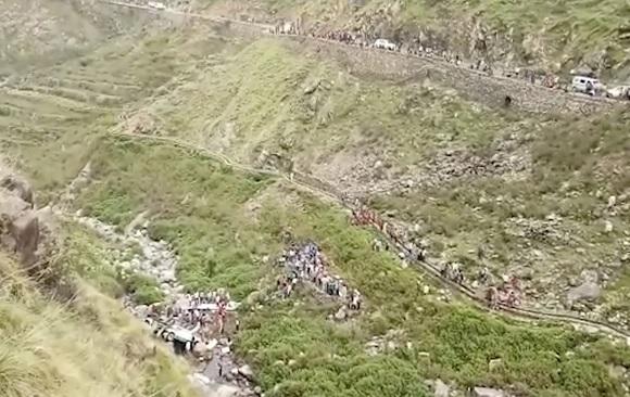 Autobús cae a barranco en India; al menos 48 muertos
