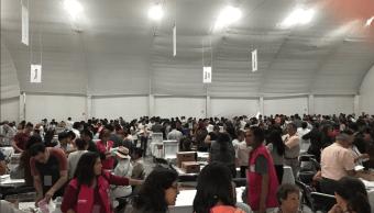 Ciudadanos cuentan votos emitidos desde el exterior