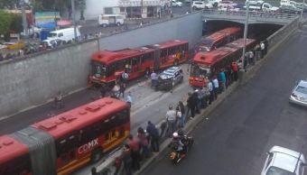 Choca camioneta particular contra Metrobús; hay 6 lesionados