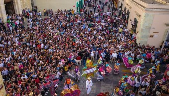 Desfilan delegaciones indígenas en Oaxaca por Guelaguetza