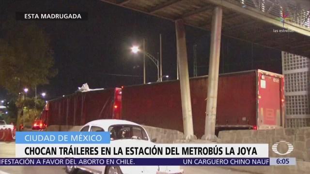 Dos tráileres chocan contra la estación La Joya del Metrobús