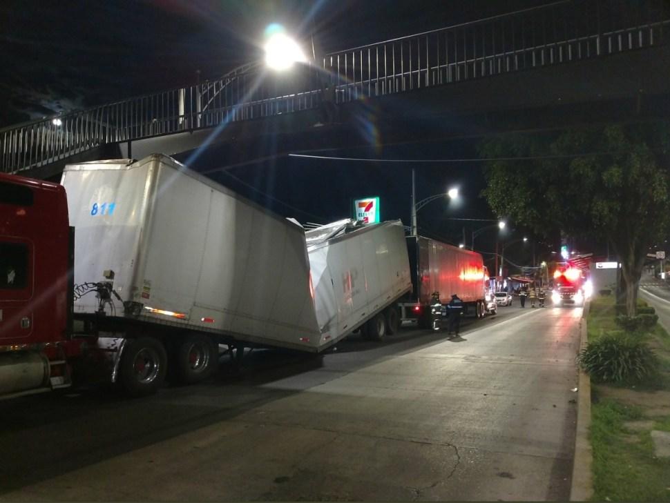Estación 'La Joya' Metrobús Línea 1 sufre daños por tráileres