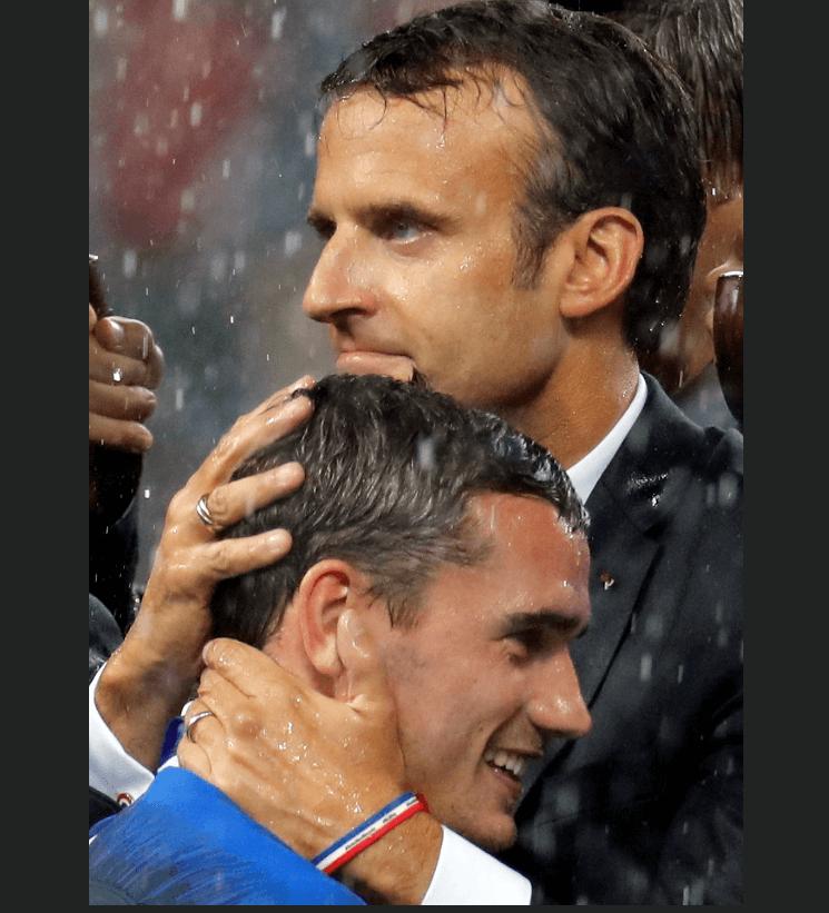 Emmanuel Macron abraza a Antoine Griezman tras el triunfo de la selección francesa. (EFE)