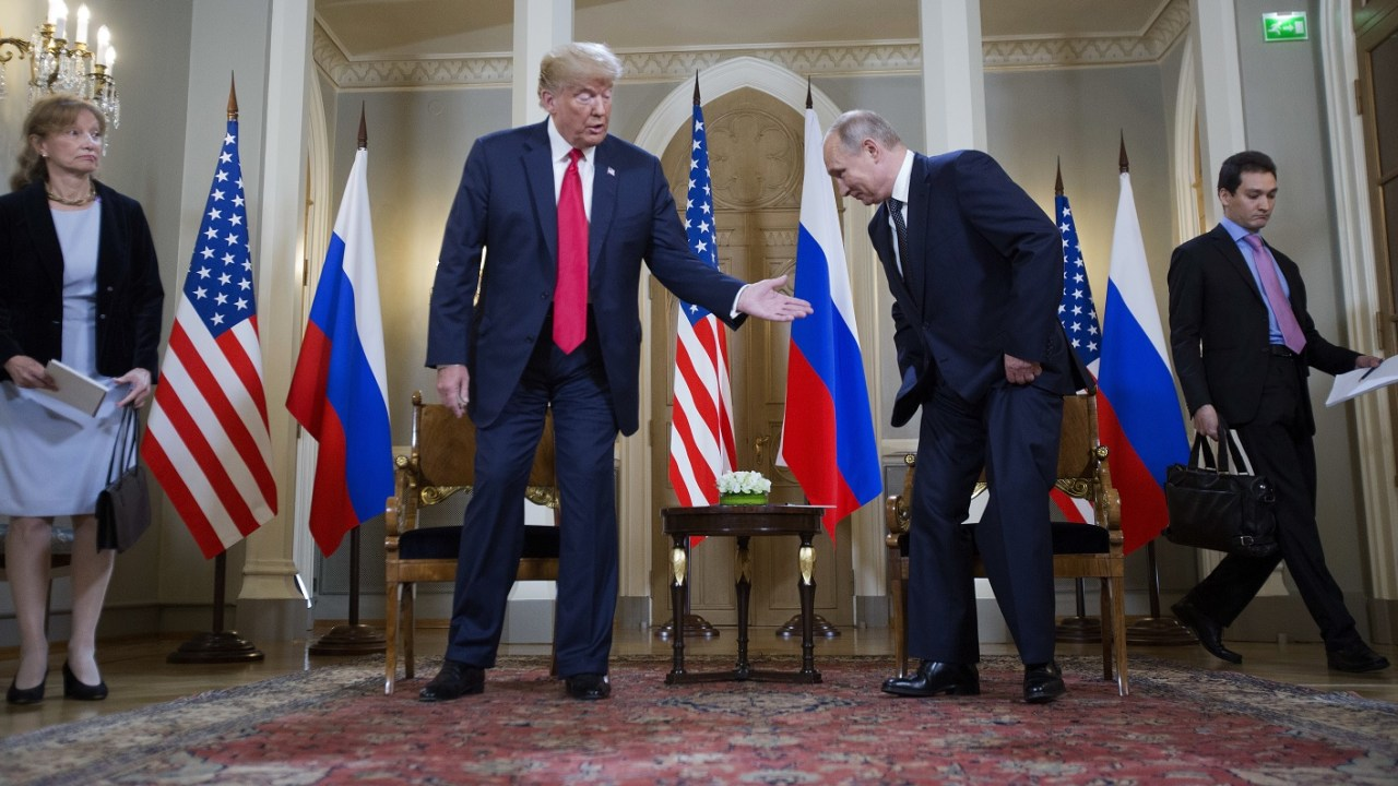 Políticos y medios EU acusan Trump de alinearse con Putin