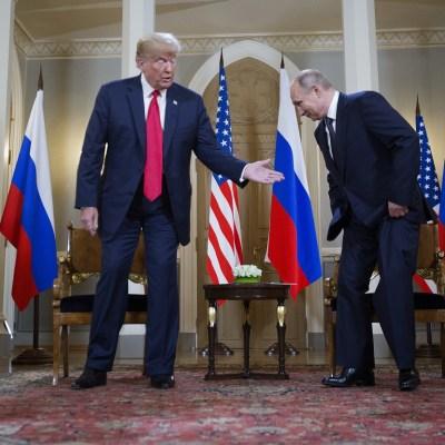 Políticos y medios en EU acusan a Trump de alinearse con Putin
