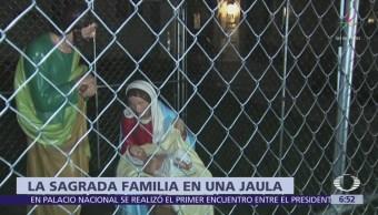 Enjaulan figuras de María, José y el niño Jesús, como protesta