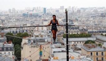 Equilibrista camina 35 metros altura en Montmartre, Francia