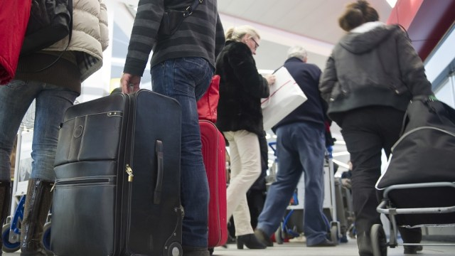 Turista lleva granada recuerdo Austria; alarma aeropuerto