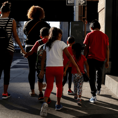 Juez de EU frena temporalmente las deportaciones de familias reunificadas