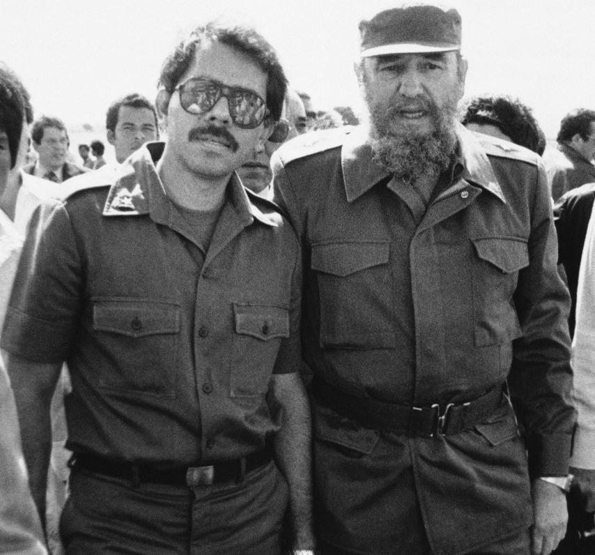 Fidel Castro y Daniel Ortega en 1985. (AP)