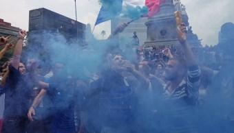 Franceses celebran triunfo en Rusia en el Ángel de la Independencia