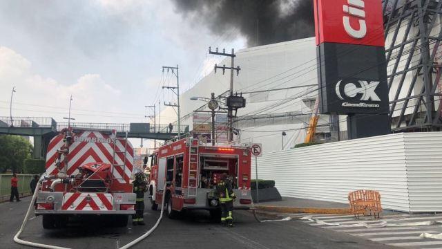 Cierran Calzada del Hueso por incendio en centro comercial