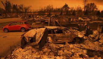 Incendio forestal arrasa 500 inmuebles en California