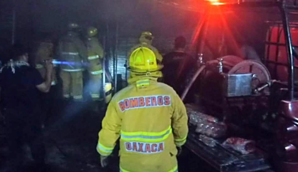 Incendio consume mercado en Juchitán, Oaxaca