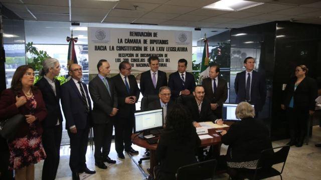 INE entrega documentos de consejos distritales en San Lázaro