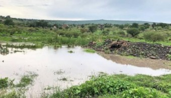 Desborda arroyo por lluvias y afecta 10 viviendas en Michoacán