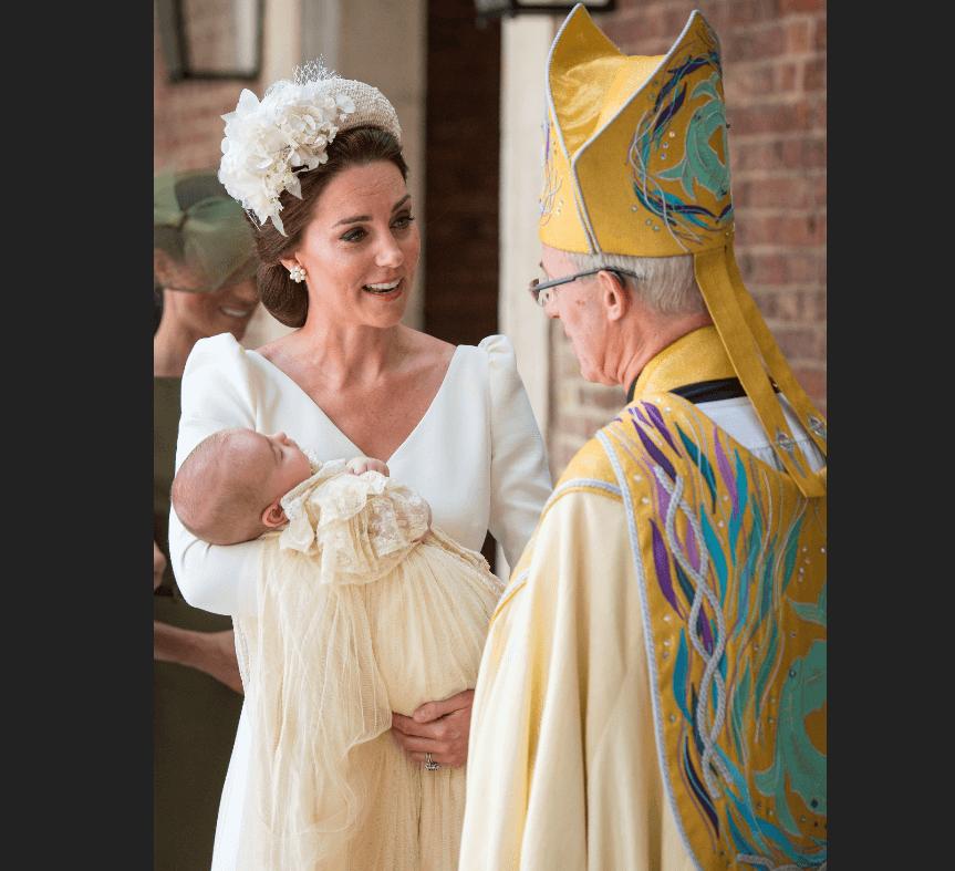 La duquesa de Cambridge dialoga con el arzobispo de Canterbury. (AP)