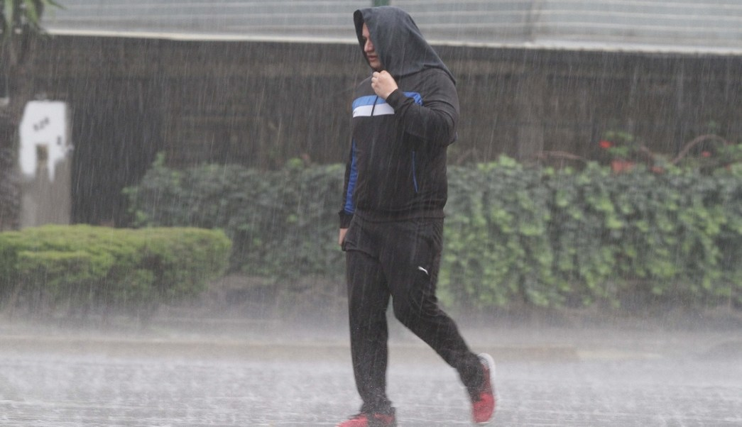 Dos ondas tropicales causarán fuertes lluvias en el país