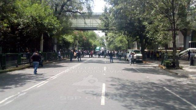 Manifestantes cierran la circulación en Avenida Coyoacán