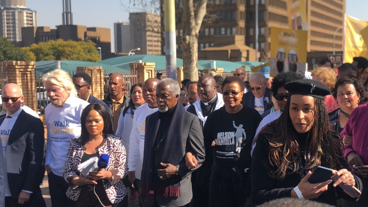 Kofi Annan y Richard Branson marchan junto a viuda Mandela